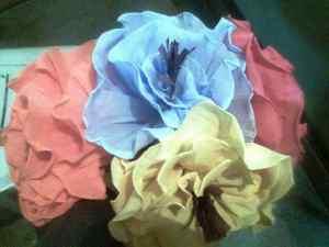 Flores de papel crepe azules y amarillas