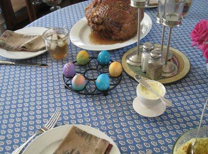 Mesa adornada para Pascua