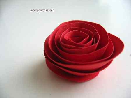 Rosa roja de papel