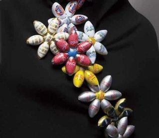 Flores con tapas de botellas de vidrio
