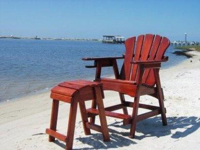 mueble en madera rojiza